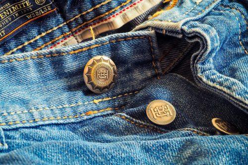 Riciclare jeans: tutorial ed idee per il fai da te